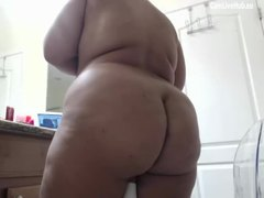 HUGE ASS MOM LIVE ON CamLiveHub showing off anal play sex we